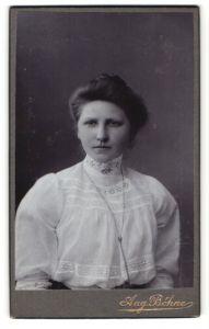 Fotografie Aug. Böhne, Bockenem, Portrait dunkelhaariges hübsches Fräulein mit Halsschmuck