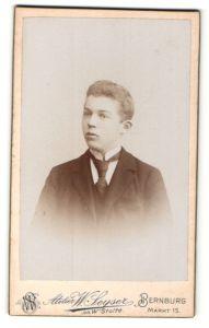 Fotografie W. Seyser, Bernburg, Portrait hübscher Bube mit Krawatte im Anzug