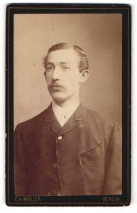 Fotografie C. A. Müller, Berlin, Portrait charmant blickender junger Mann im Jackett