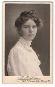 Fotografie Th. Molsberger, Halle / Saale, Portrait wunderschönes brünettes Fräulein mit Flechtzopf