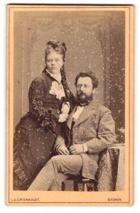 Fotografie L. O. Grienwaldt, Bremen, Portrait bezauberndes Paar mit Flechtzopf und Vollbart