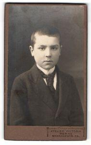Fotografie Atelier Victoria, Herne, Portrait Bub mit kurzem Haar in Anzug mit Krawatte