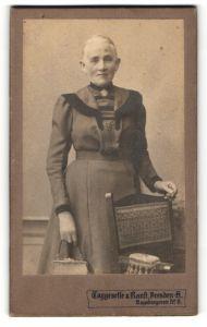 Fotografie Taggeselle & Ranft, Dresden-A, Portrait betagte Dame in zeitgenöss. Garderobe mit Handtasche