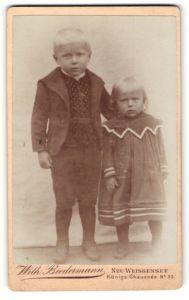 Fotografie Wilh. Biedermann, Berlin-Neu-Weissensee, Portrait Bub und kleine Schwester
