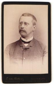 Fotografie E. Von Flottwell, Magdeburg, Portrait charmanter Herr mit Zwicker u. Schnauzbart