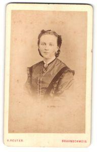 Fotografie H. Reuter, Braunschweig, Portrait junge hübsche Dame im eleganten Kleid
