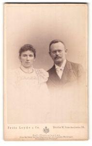 Fotografie Fritz Leyde & Co., Berlin, Portrait bürgerliches Paar in hübscher Kleidung