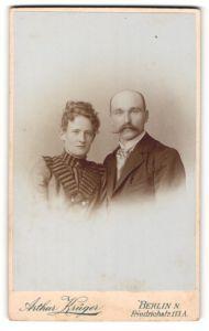 Fotografie Arthur Krüger, Berlin-N., Portrait bürgerliches Paar in hübscher Kleidung