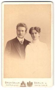 Fotografie Erich Sellin, Berlin-W., Portrait bürgerliches Paar in eleganter Kleidung