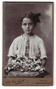 Fotografie Arthur Josef Bett - Tulln, Portrait eines kleinen süssen Mädchens mit Blumen