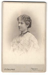 Fotografie H. Gelpke, Wien, Portrait junge lächelnde Dame im eleganten Kleid