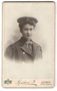 Fotografie Brückner J., Sopron, Portrait junge Dame mit Mütze in eleganter Kleidung