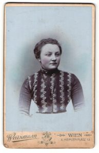 Fotografie Weitzmann, Wien, Portrait junge hübsche Dame im modischen Kleid