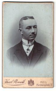 Fotografie Karl Posselt, Ried, Portrait Herr mit zeitgenöss. Frisur in Anzug mit Hemd mit Stehkragen