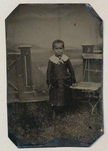 Fotografie Ferrotypie Mädchen trägt Kleid mit Kragen aus Spitze