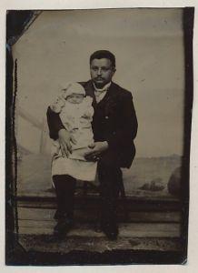 Fotografie Ferrotypie Vater mit Baby im Taufkleid