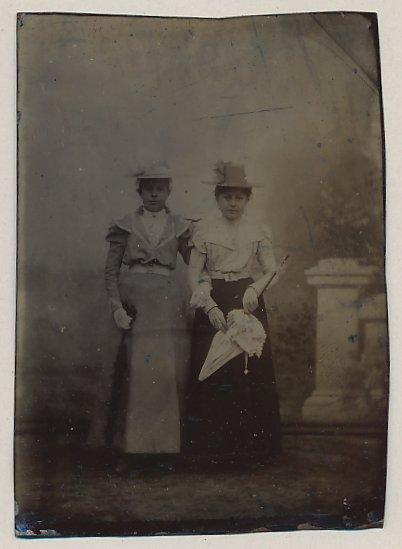 Fotografie Ferrotypie Edeldamen mit Hut und Schirm wohl gekleidet