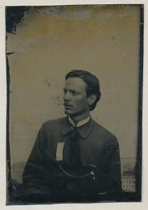 Fotografie Ferrotypie Portrait junger Mann mit Anstecknadel