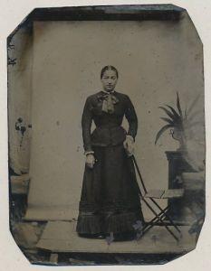 Fotografie Ferrotypie junge Dame trägt Kleid und Halstuch