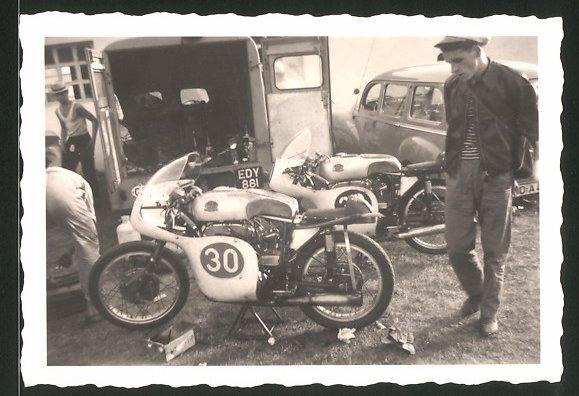 Fotografie Motorrad Mondial, Rennmotorrad mit Startnummer 30 im Fahrerlager