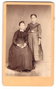 Fotografie Mädchen und Fräulein mit zusammengebundenem Haar in zeitgenöss. Kleidung, Schwestern