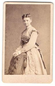 Fotografie A. Rulsler, Bamberg, Portrait Fräulein mit zusammengebundenem Haar in zeitgenöss. Mode
