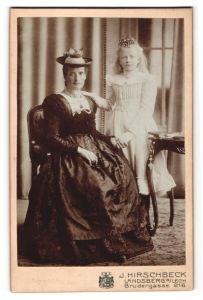 Fotografie J. Hirschbeck, Landsberg a/Lech, Portrait Dame in Tracht und Tochter ganz in weiss