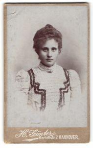Fotografie H. Günter, Hannover, Portrait junge hübsche Dame im eleganten Kleid