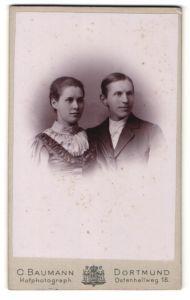 Fotografie C. Baumann, Dortmund, Portrait junges bürgerliches Paar in hübscher Kleidung