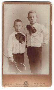 Fotografie Atelier Globus, Berlin-W., Portrait zwei Brüder in weissen Hemden mit Tennisschläger