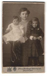 Fotografie Alfred Hirrlinger, Stuttgart, Portrait junge Dame mit Mädchen u. Baby im Arm