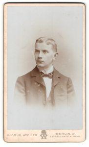 Fotografie Globus Atelier, Berlin, Portrait eines jungen Mannes mit Fliege