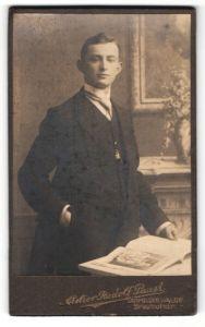 Fotografie Rudolf Paust, Dippoldiswalde, Portrait eines jungen Mannes beim Lesen eines Buches