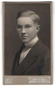 Fotografie Ludwig Holl, Bad Mergentheim, Portrait eines Mannes mit Kneifer-Brille