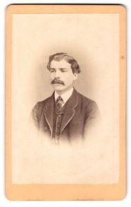 Fotografie F. Siebenlist, Würzburg, Portrait Herr mit Schnurrbart im Anzug mit Weste