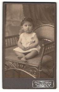 Fotografie Paul Tschapke, Chemnitz, Portrait eines niedlichen Babys im Hemdchen