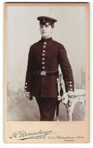 Fotografie H. Ranzenberger, Mainz, junger Soldat in Uniform mit Säbel