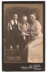 Fotografie Ad. Kolle, Göttingen, Portrait bezaubernde Mutter im Kleid mit zwei niedlichen Buben