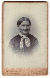Fotografie W. Spillner, Hildesheim, Portrait lächelnde betagte Dame mit Halstuch