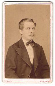 Fotografie C. Jaeger, Schwäbisch Gmünd, Portrait eines eleganten Bürgerlichen mit Bart