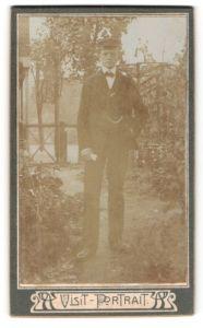 Fotografie unbekannter Fotograf und Ort, Visit-Portrait, Portrait junger Herr mit Schirmmütze im Anzug