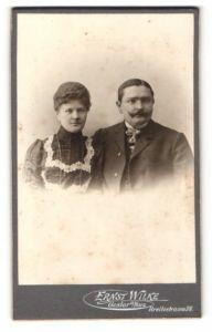 Fotografie Ernst Wilke, Goslar a / Harz, Portrait bürgerliches Paar in modischer Kleidung