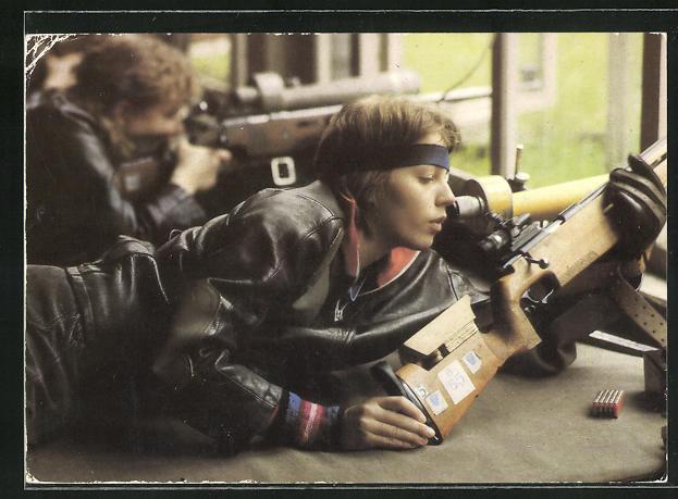 AK Sportschützin im Wettkampf mit dem Kleinkaliber-Standardgewehr, GST