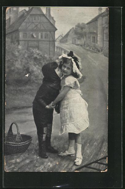 AK Kleiner Schornsteinfeger umarmt ein Mädchen auf der Strasse 0
