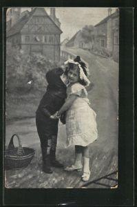 AK Kleiner Schornsteinfeger umarmt ein Mädchen auf der Strasse
