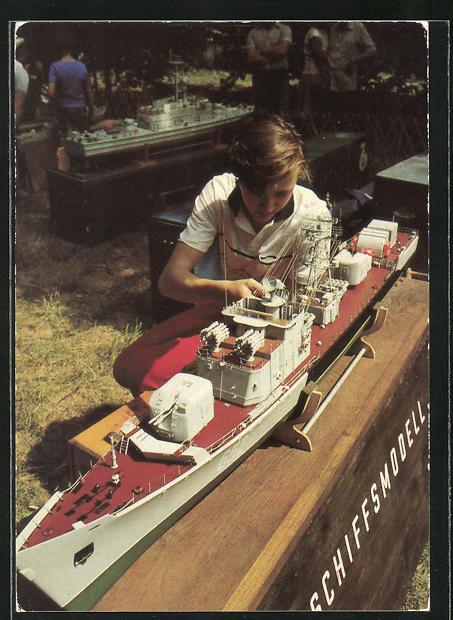 AK Modellsportler mit dem vorbildgetreuen Modell eines sowjetischen Kampfschiffes, GST