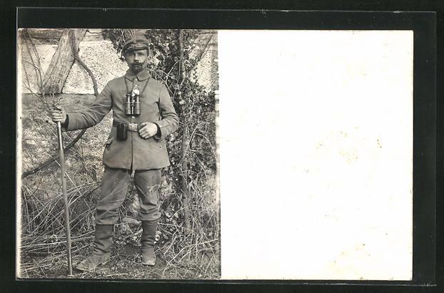 Foto-AK Soldat in Uniform mit Feldstecher