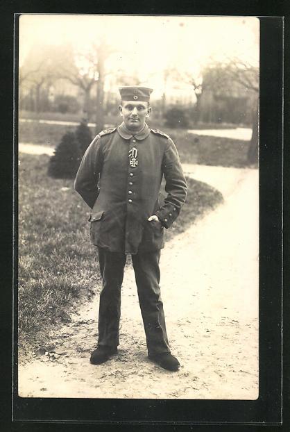 AK Soldat in feldgrauer Uniform mit Eisernem Kreuz, Uniformfoto