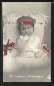 AK Erst wägen - dann wagen, Kleinkind mit Soldatenmütze