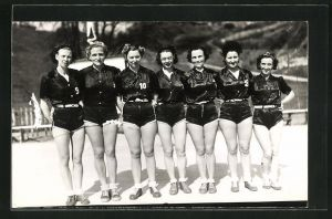 Foto-AK Sportlerinnen in kurzen Hosen